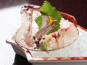 美味しい身がたっぷり。活松葉蟹刺し!