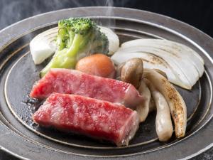 熱々の鉄板で焼かれた黒毛和牛のミニステーキ。その柔らかさと肉汁の旨味が大人気の一品です!