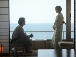 海を眺めながらのひとときに会話も弾む…