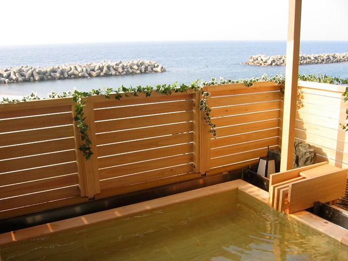 日本海を眺めながら掛け流しの湯で至福のひとときを!